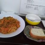 アバンティプレゴ - 料理写真:日替わりパスタランチ700、サラダは食べた後。自家製トマトソース。とても美味。