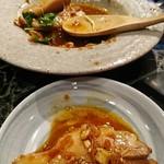 魚貝三昧 げん屋 - ピリ辛のタレが鶏肉によく合っています       細かいカシューナッツとガーリックチップがいいアクセント