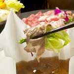 イベリコ屋 - シャキシャキのレタスを包んで一緒に。野菜や〆まで、イベリコ豚の旨みが行き渡ります