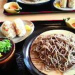 Sobanosatogounosoba - そばとおにぎりのセットで、小鉢がついてます。