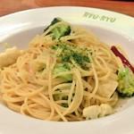 104903270 - アンチョビ、カリフラワー、ブロッコリーのスパゲッティ