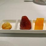 京 静華 - お茶菓子  杏仁クッキー、苺の飴かけ、セトカのゼリー