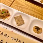 横浜おばんざい月読 - お通し。左から卯の花炒め、軟骨のテリーヌ、自然薯のとんぶり乗せ