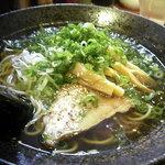 萬楽 塩田屋 - 中華そば(580円) 鶏がらをベースにとったスープは旨し。上に浮いてる脂がほんのり甘くて。^^