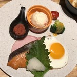 ハカタ洋膳屋 ロイヤル - 料理写真:*メインプレートには「焼き鮭」「目玉焼き」「ハム」「明太子」「ポテサラ」など。 和朝食としては、どれも無難に美味しいとか