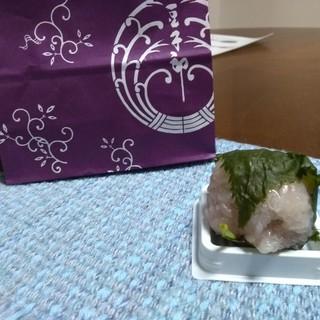 豆子郎の里 茶藏庵 - 料理写真:前回はぼた餅、今日は桜餅、どちらも2個入り500円...美味しいけど...高い...と思う(´  `;) '`'`  まぁ外郎が1本170円だから、そんなものかな?!...やっぱり美味しいけど、高い