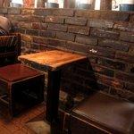 さぼうる - テーブルも椅子も凄く年季が入っています