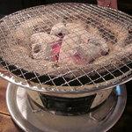 昭和大衆ホルモン - 七輪で焼きます
