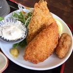 はるみ - アジフライ、ハムチーズフライ、カキフライ。千切りキャベツと水菜付き。