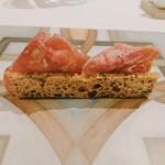 104932139 - 獅子座:金のパン、イベリコ豚の生ハム、ズッキーニ