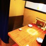 天晴 - 4名様まで対応できるテーブル席も2部屋ご用意しております。
