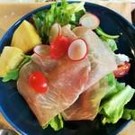 104937367 - たっぷりのシャキシャキ葉野菜に、大きくなめらかな生ハムやラディッシュ、シーザードレッシングは嬉しい別添え