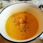 104937370 - ボウルにたっぷりの熱々かぼちゃスープ、サラサラ軽いけど程よいブイヨンの旨味