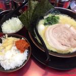 Yokohamaiekeiramentokorozawayamatoya - 塩ラーメン、刻み玉葱、ライス