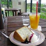 オリーヴの木 - シフォンケーキとマンゴージュースのセット。