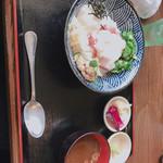 食彩館 - 海鮮ネバネバ丼 漬物味噌汁セット