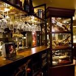 イベリコ屋 - ワイングラスがずらりと並ぶバーカウンター