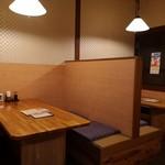 和食処まきや - ゆったり座れるテーブル席