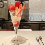 タカノフルーツパーラーパフェリオ - 熊本県産ひのしずく苺と徳島県産さくらももいちごのパフェ