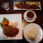 丸太小屋レストラン  びんずる - 手前:豆腐ステーキ定食1000円と奥:山賊焼き700円