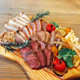 大好評の贅沢肉の5種盛りプレートがリニューアル!!