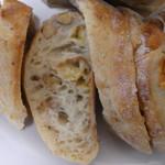 薪窯天然酵母パン工房 オ フルニル デュ ボワ - ハード系のパンはサービスでカットしていただけます