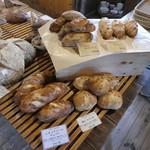 天然酵母パン オ フルニル デュ ボワ - ハード系のパンが多いです