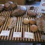 薪窯天然酵母パン工房 オ フルニル デュ ボワ - 大きいものはカットでも売っていただけます