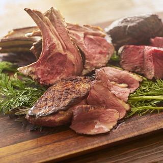 牡蠣だけじゃない!自慢の炭火焼きお肉とオーガニック野菜も!