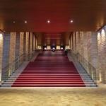 ピッツェリア&バー マーノエマーノ - フェスティバルホールの一階正面入り口、赤絨毯の階段