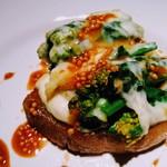 aoni - 福豚肩ロース肉のコンフィ 菜花とチーズのオーブン焼き