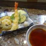 鎌倉 如菴 - 天ざるの天ぷら盛り合わせは天つゆと塩で