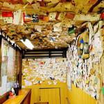 さぬき屋 - 壁や天井にはお客さんの名刺が