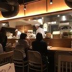 巣立つ魚金 - 店は活気に溢れ、オープンキッチンが雰囲気良い