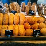 関次商店 パンの蔵 風土 - 今日お店に並んでいたパンは15種類ほど。左に見える低温殺菌ミルクパンも何もがバターや惣菜に頼らず、小麦の味を楽しめるようになっています。