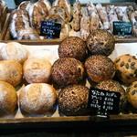関次商店 パンの蔵 風土 - なたね丸パンはプレーン、ごま、かぼちゃの3種類。