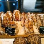 関次商店 パンの蔵 風土 - 買って食べた中で一番のハードタイプは右に見えるカカオニブクランベリーナッツバーでした。