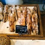 関次商店 パンの蔵 風土 - 天然酵母の強くはない癖とクランベリーの甘酸っぱさのマッチング。ナッツのアクセント、噛むほどに小麦の風味が豊かに香る。
