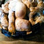 関次商店 パンの蔵 風土 - オリーブオイルのパンは気泡が大きめな白い中身。やはりパサつきはなく、小麦粉由来なのか、仄かな甘みに癖なく良い。