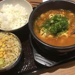 カルビ丼とスン豆腐専門店 韓丼 - 海鮮スン豆腐、ライス(小)、サラダ