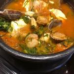 カルビ丼とスン豆腐専門店 韓丼 - 海鮮具材が入ってます