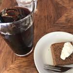 105038820 - アイスコーヒーとミニケーキ