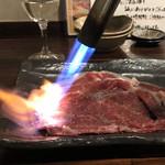 105039322 - 霜降り和牛の炙り肉。                       美味し。