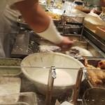 ふたば製麺 - 目の前で揚げてます(* ̄∇ ̄)ノ