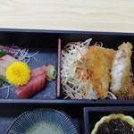 まるけん - メインの白身魚フライと刺身。いずれも美味しい。