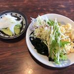宮良そば - 無料の漬物・サラダ(セルフサービス)