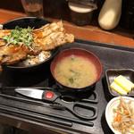 まぐろ酒場 さかなや大将 - 男の厚切り豚バラカルビ丼(300g、1,100円)