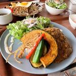 タイガーカフェ - 温玉つき いろどり野菜のキーマカレー(950円)