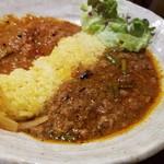 SPICY CURRY 魯珈 - 中華風にんにくの芽と羊肉のキーマカレー+山菜祭!たらの芽とこごみと菜の花のトマトカレーの2種カレー