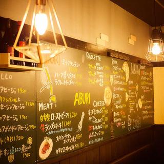 巨大な黒板にグランドメニューがずらり!
